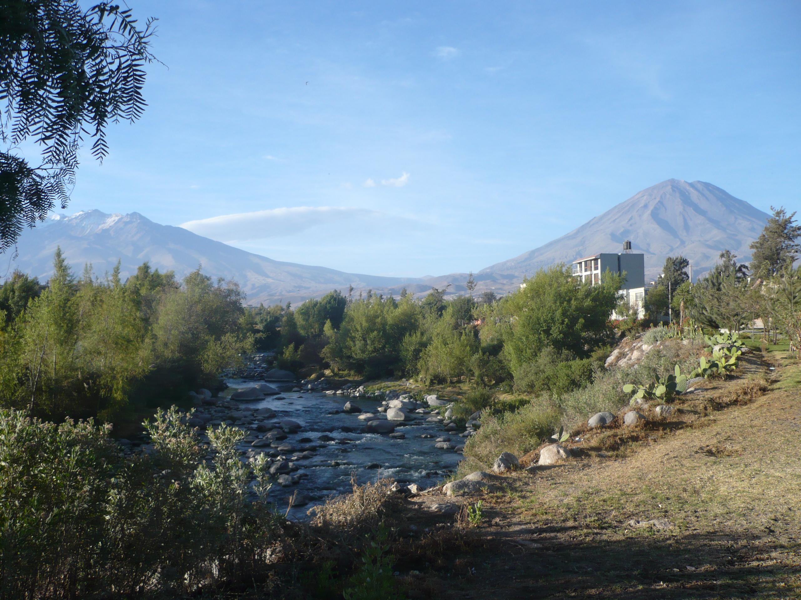 Le Misti a droite - Le Chachani a gauche - le rio Chili au milieu